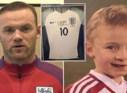Pemain Bola Wayne Rooney Memberikan Kaos TimNas Untuk Pasien Kanker Anak